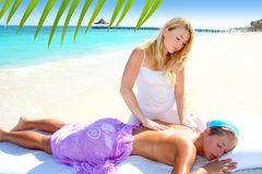 donna-caraibica-di-massaggio-della-spiaggia-del-turchese-18998946